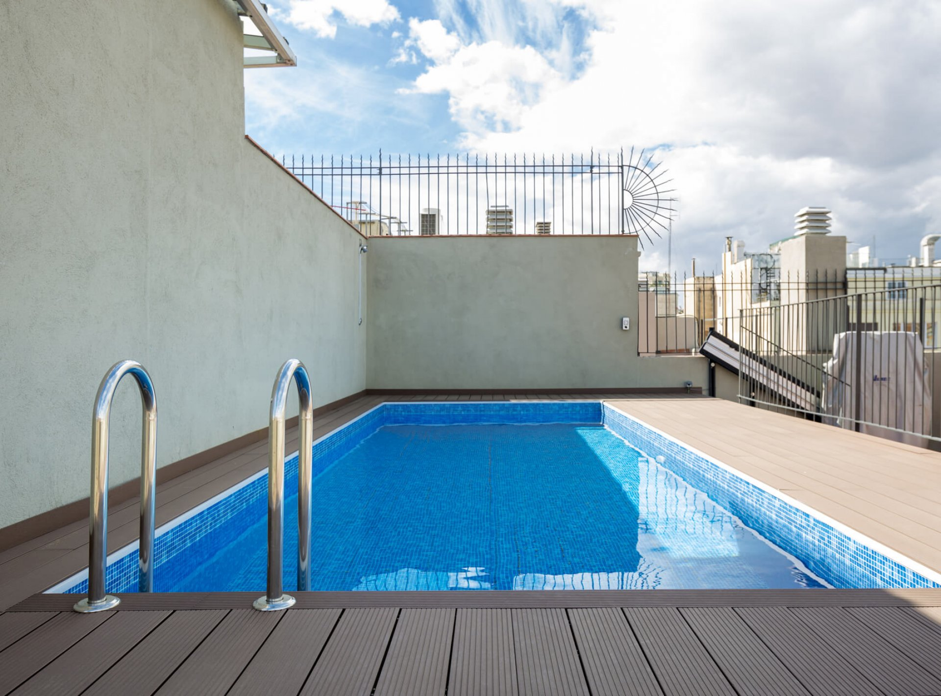 -LUXURY DOWNTOWN W POOL AND GYM-